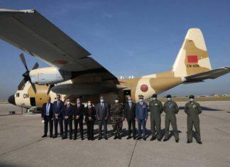 Des responsables libanais et marocains devant un avion militaire chargé d'aides envoyées par le Maroc à l'aéroport international de Beyrouth, le 17 avril 2021. Photo ANI