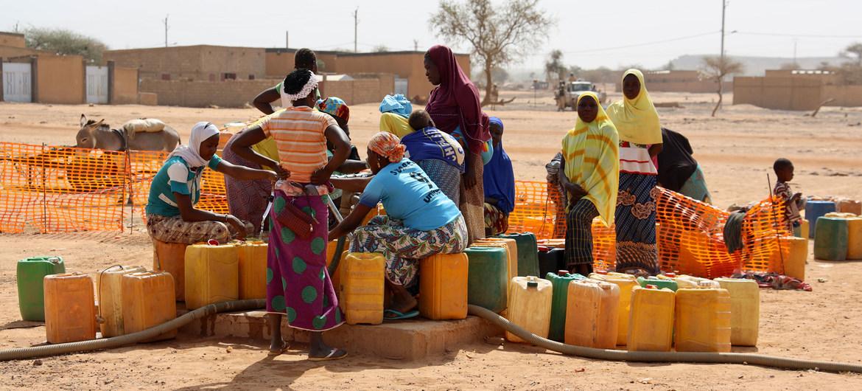 Un groupe de femmes déplacées collecte de l'eau dans la ville de Djibo au Burkina Faso.